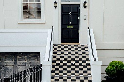 Wybór okien i drzwi wykonanych z naturalnych materiałów